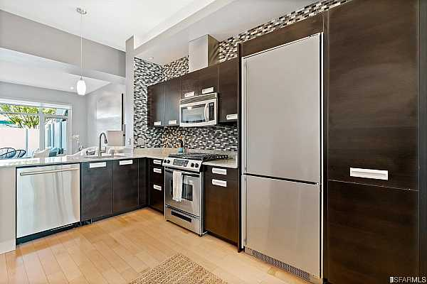 Photo #4 Gourmet kitchen with high-end appliances